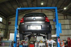 BMW 1シリーズ 水漏れ ロードサービス レッカー出動 岐阜 AVARTH リフトアップ