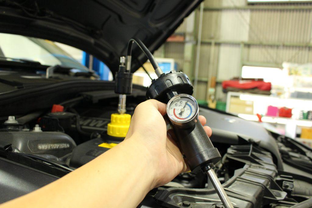 BMW 水漏れ点検 冷却水漏れ 1シリーズ BMW修理 BMW岐阜 AVARTH テスター取り付け 加圧中
