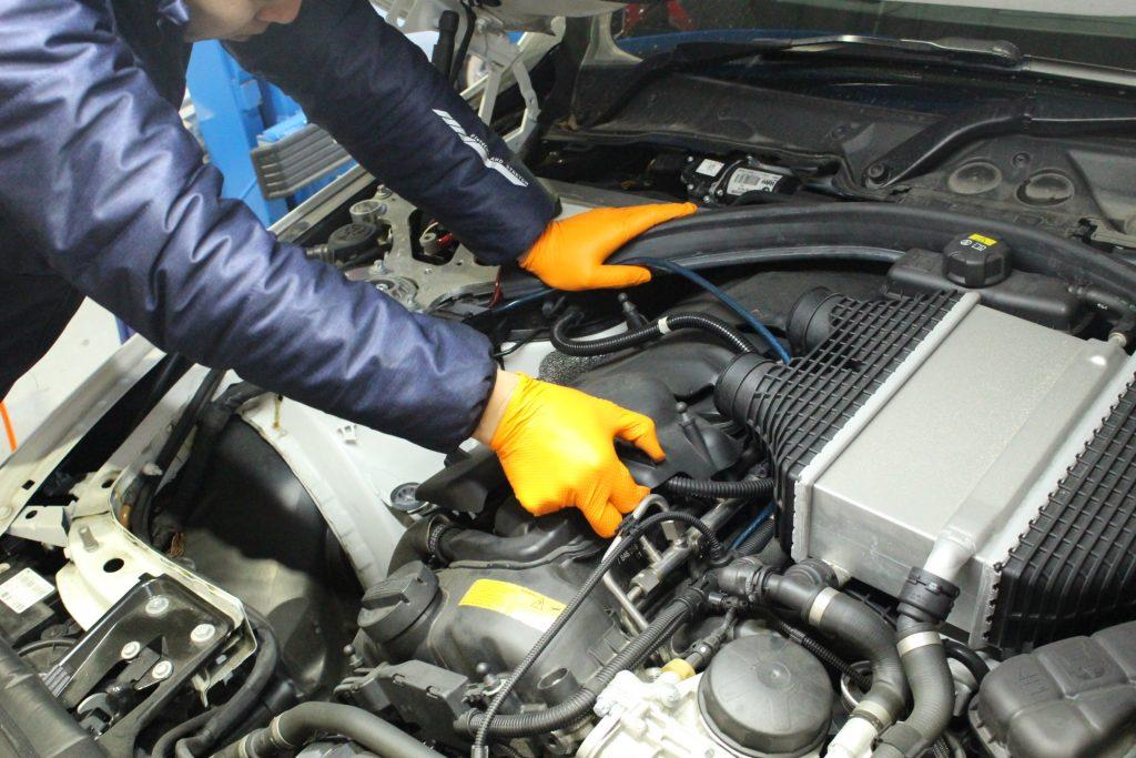 BMW M4 ハイスパークジャパン ハイスパークイグニッションコイル取り付け AVARTH 岐阜 BMW修理 分解中2