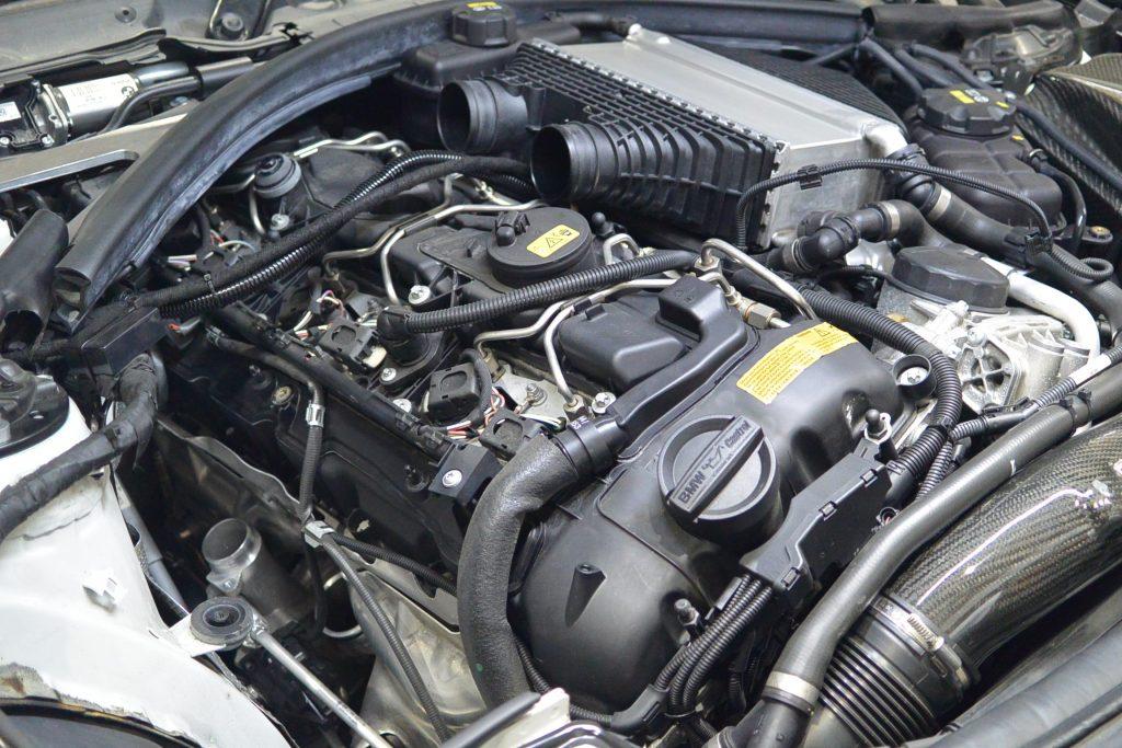 AVARTH BMW岐阜 BMW修理 BMW M4 F82 ハイスパークイグニッションコイル 分解中